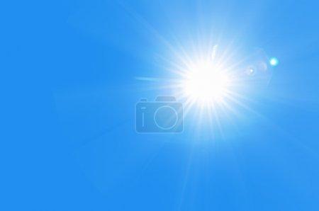 Photo pour Soleil briller dans le ciel bleu - image libre de droit