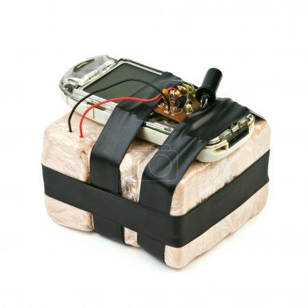 Photo pour Bombe artisanale avec téléphone portable isolé - image libre de droit