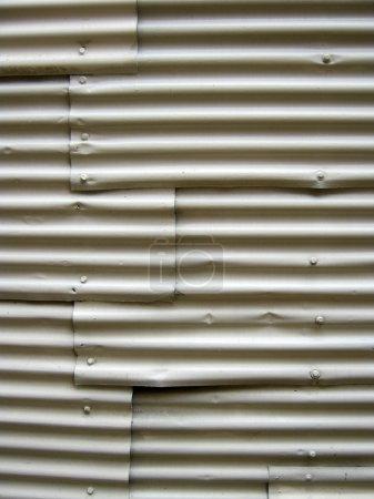 Photo pour Gros plan de lignes en métal ondulé - image libre de droit