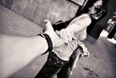 Photo pour Amour de l'homme et la femme : deux mains - image libre de droit