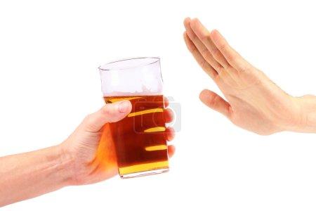 Photo pour Main rejeter un verre de bière - image libre de droit