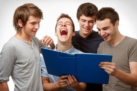 Photo pour Quatre jeunes, travailler et s'amuser du temps ensemble - image libre de droit