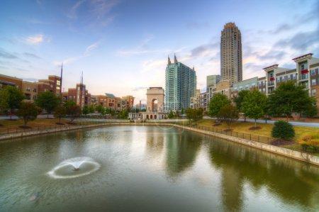 Photo pour Les communs et l'étang à Atlantic Station à Atlanta, Géorgie, États-Unis . - image libre de droit