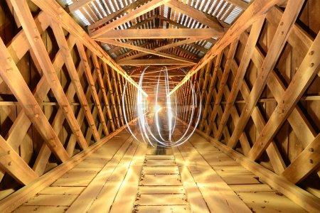 Photo pour Orbe de lumière à la fin d'un tunnel - image libre de droit