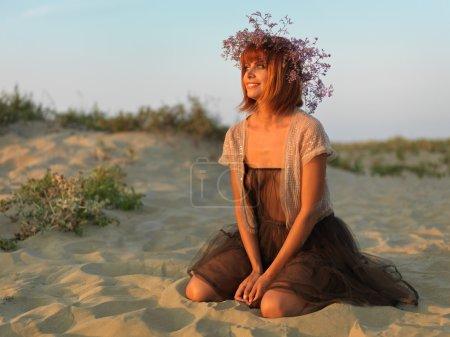 Photo pour Belle femme robe transparente plage admirant coucher de soleil - image libre de droit
