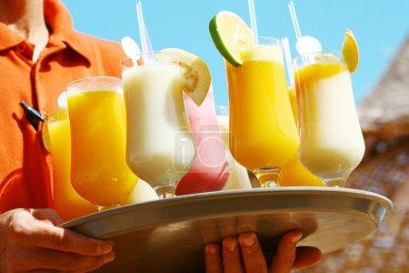 Photo pour Serveur servant des boissons / cocktails sur la plage - image libre de droit