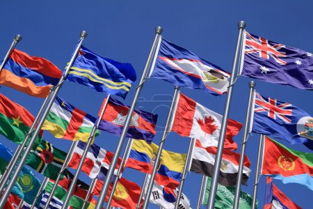 Photo pour Le drapeau national est voler autour du monde - image libre de droit