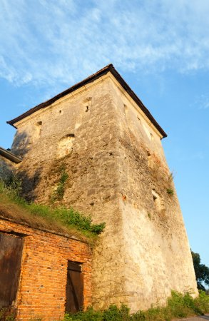 Photo pour Vue estivale de la tour du château de Svirj dans les rayons de soleil jaunes d'hier soir (oblast de Lviv, Ukraine. Construit au XV-XVII siècle .) - image libre de droit