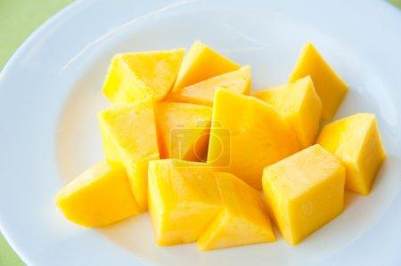 Photo pour Mango sur plat blanc : plus populaires et délicieux fruits thaïlandais - image libre de droit