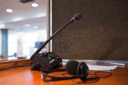 Photo pour Interprétation - microphone et standard téléphonique dans une cabine d'interprète simultané - image libre de droit