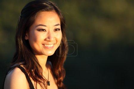 Photo pour Portrait d'une jeune femme très séduisante en plein air - image libre de droit