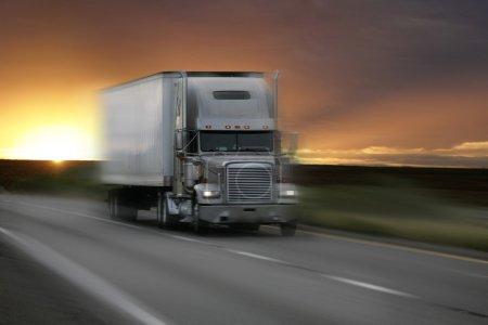 Photo pour Camion au coucher du soleil avec flou de mouvement - image libre de droit