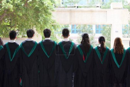 Photo pour L'arrière des diplômés de l'Université avec leurs robes - image libre de droit