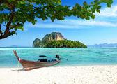 bateau et îles en Thaïlande mer andaman