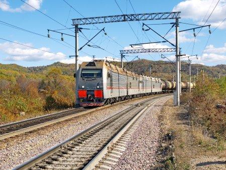 Foto de El tren de mercancías se mueve a lo largo del ferrocarril transsiberiano (región de Primorsky, Rusia ) - Imagen libre de derechos