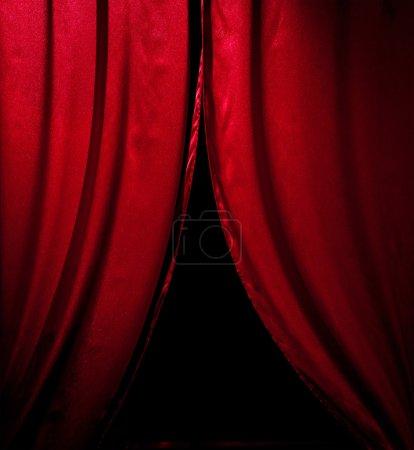 Photo pour Rideaux de théâtre rouge avec éclairage tamisé sur noir - image libre de droit
