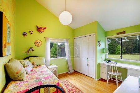 Photo pour Vert confortable belle chambre de bébé fille . - image libre de droit