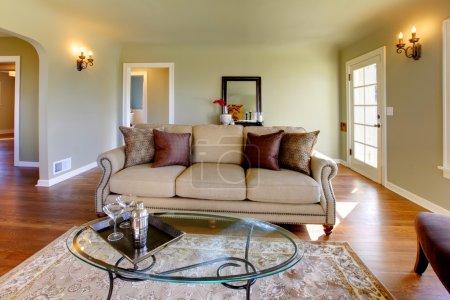Photo pour Murs verts, tons beiges et salon confortable de style artisan . - image libre de droit