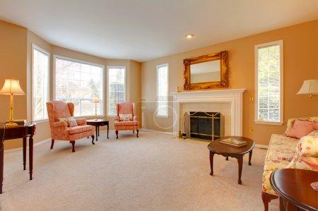 Photo pour Grand salon avec cheminée. - image libre de droit