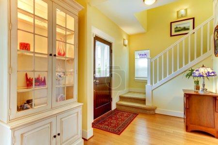 Photo pour Maison bien décorée avec des murs jaunes . - image libre de droit