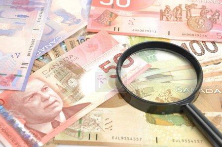 Photo pour Verre grossissant sur l'argent canadien - image libre de droit