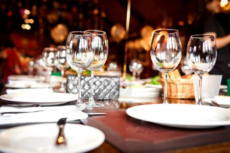 Photo pour Verres vides dans le restaurant - image libre de droit