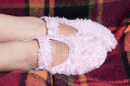 Photo pour Filles pieds en pantoufles souples dans la chambre - image libre de droit