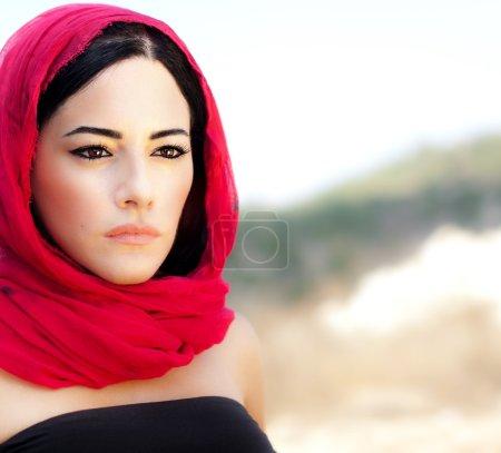 Photo pour Belle femme arabe portant foulard rouge, vêtements musulmans traditionnels, dernière conception de la mode, élégant portrait féminin plus doux fond naturel avec copie SAVS - image libre de droit