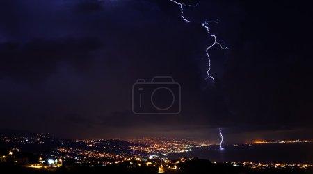 Foto de Rayo, tormenta en el cielo nocturno, nublado clima invernal con cielo dramático sobre la ciudad - Imagen libre de derechos