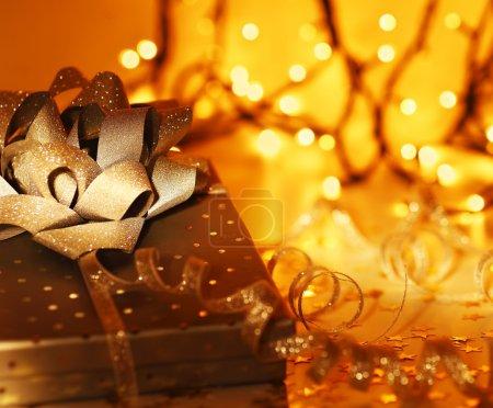 Photo pour Coffret cadeau de Noël brillant, ornement & décoration de vacances sur fond abstrait de lumières dorées - image libre de droit