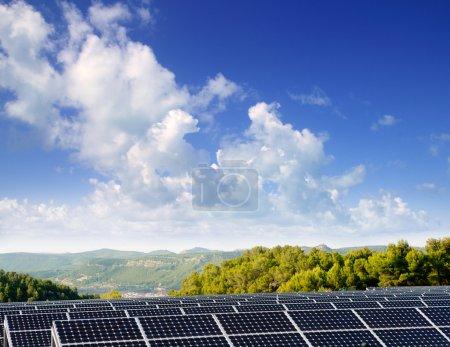 Foto de Placas solares de energía verde para proporcionar aldea valle de montaña - Imagen libre de derechos