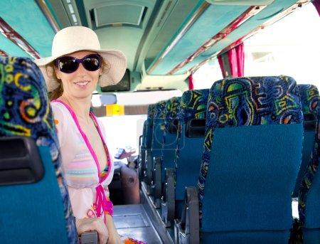 Photo pour Fille sur le bus touristique heureux avec des lunettes de soleil en vacances d'été - image libre de droit