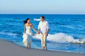 Méditerranéenne couple marchant dans la plage bleue