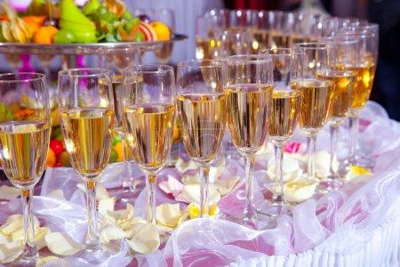 Photo pour Verres de champagne sur la table de fête - image libre de droit