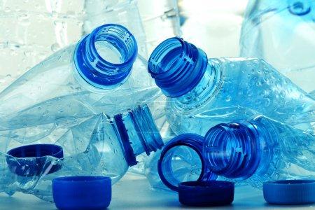 Photo pour Composition avec des bouteilles en plastique d'eau minérale. Déchets plastiques - image libre de droit