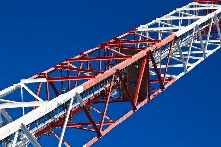 Photo pour Détail d'une tour de communication avec un beau ciel bleu - image libre de droit
