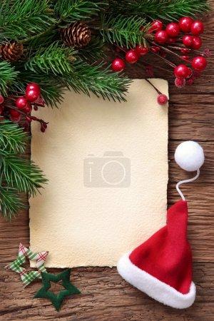 Photo pour Lettre pour le père Noël avec vieux parchemin et santa hat - image libre de droit