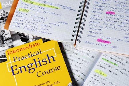 Photo pour Livres et cahiers pour l'apprendre anglais - image libre de droit