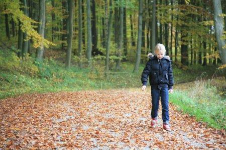 Foto de Cchild al aire libre en el bosque - Imagen libre de derechos
