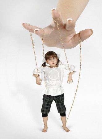 Photo pour Enfant fille - marionnette, concept de dépendance - image libre de droit