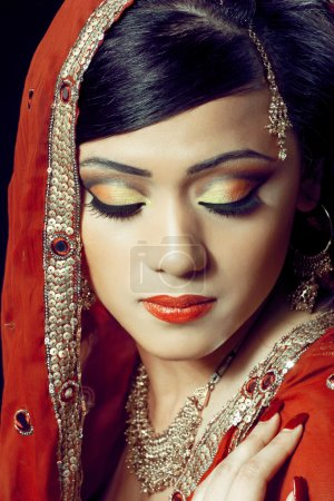 Foto de Retrato de la belleza de una joven India en ropa tradicional con maquillaje nupcial y joyería, closeup tiro - Imagen libre de derechos
