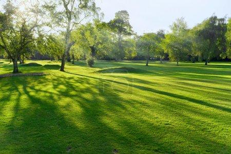 Photo pour Coucher ou lever de soleil sur un terrain de golf britannique en été - image libre de droit