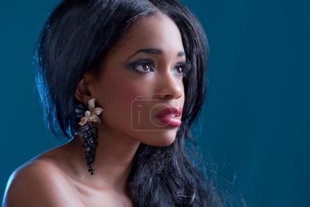 Photo pour Belle fille noire, portrait en studio sur fond bleu - image libre de droit