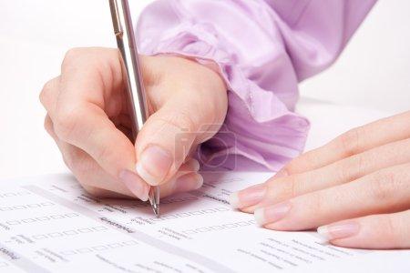 Photo pour Femme remplissant le formulaire lors de l'entretien d'embauche - image libre de droit