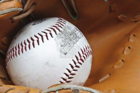 Photo pour Macro shot de baseball en gant avec une faible profondeur de champ pour attirer l'attention sur la balle - image libre de droit