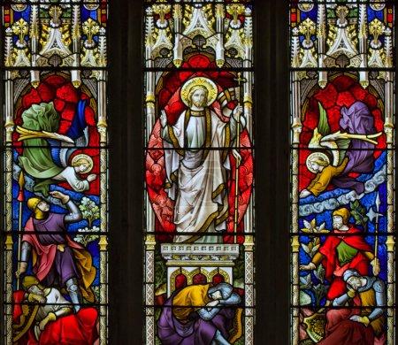 Foto de Impresionante del siglo XV vidrieras ventana detalle con colores vibrantes y excelentes detalles de Jesús resucitado y de los Ángeles - Imagen libre de derechos