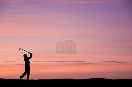 Photo pour Silhouette de l'homme jouant au golf sur un beau coucher de soleil coloré - image libre de droit