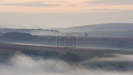 Foto de South downs brumoso nebuloso amanecer - Imagen libre de derechos