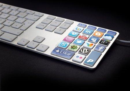 Photo pour Clavier d'ordinateur avec les boutons du réseau sur fond noir et les réseaux sociaux - image libre de droit