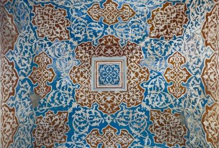 Photo pour Plan détaillé d'une coupole d'une mosquée à Istanbul, motif floral ornemental vieilli - image libre de droit